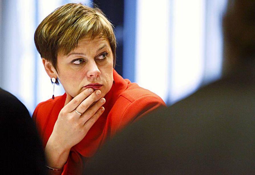 Ympäristöministeri Paula Lehtomäki (kesk) arvostelee kolmea puoluetoveriaan.