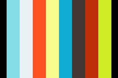 Sari Kettunen esittelee aasinsa ja vuohensa Jakkukylässä