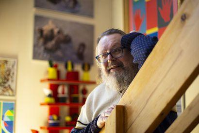 """Simo Iso-Möttöselle taide on työtä ja kuntouttavaa toimintaa – 42-vuotiaana saatu aivoinfarkti muutti näkökykyä radikaalisti: """"Ilman taidetta en istuisi tässä"""""""