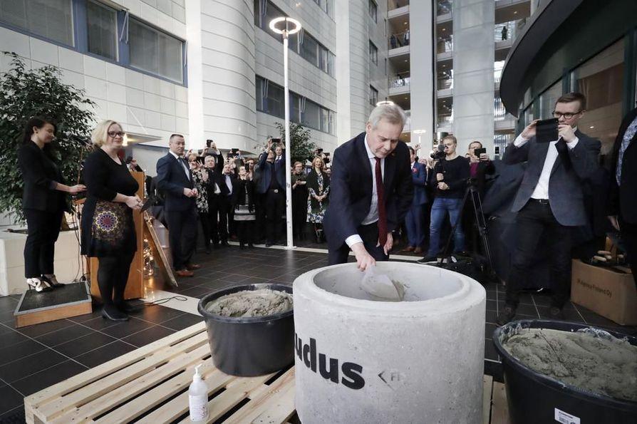 Pääministeri Antti Rinne heitti lastallisen sementtiä peruskiven muuraustilaisuudessa. Tilaisuus järjestettiin poikkeuksellisesti sisätiloissa Medipoliksessa.