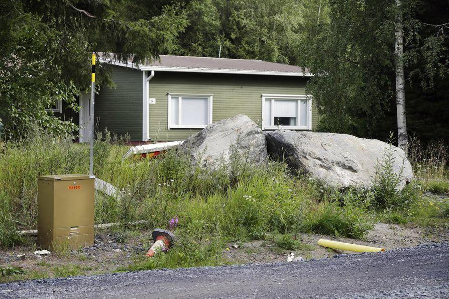 Häyrysenniemessä on käynnissä laaja alueen peruskorjaus. Asukkaiden mukaan urakka on tuonut pihoille muun muassa suuria kiviä.