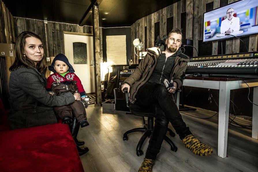 """""""Säästämme kustannuksissa valtavasti, kun omat tilat valmistuvat"""", toteaa Reetta Turula sylissään vuoden ja kahden kuukauden ikäinen Tiitus. Jussi Isokoski iloitsee visionsa rakentumisesta. Siinä tärkeänä palikkana on Jope Ruonansuun kanssa solmittu pitkä sopimus."""
