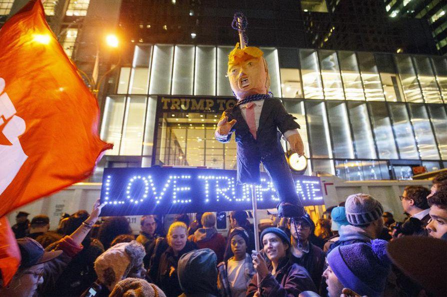 Donald Trumpin vastaisessa mielenosoituksessa New Yorkissa oli tuhansia mielenosoittajia keskiviikkona.