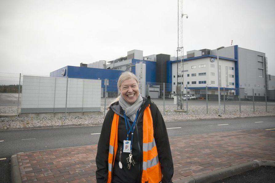 Tuotantopäällikkö Minna Laatikainen työskentelee välipalatehtaalla. Se on käytännössä moderni meijeri.
