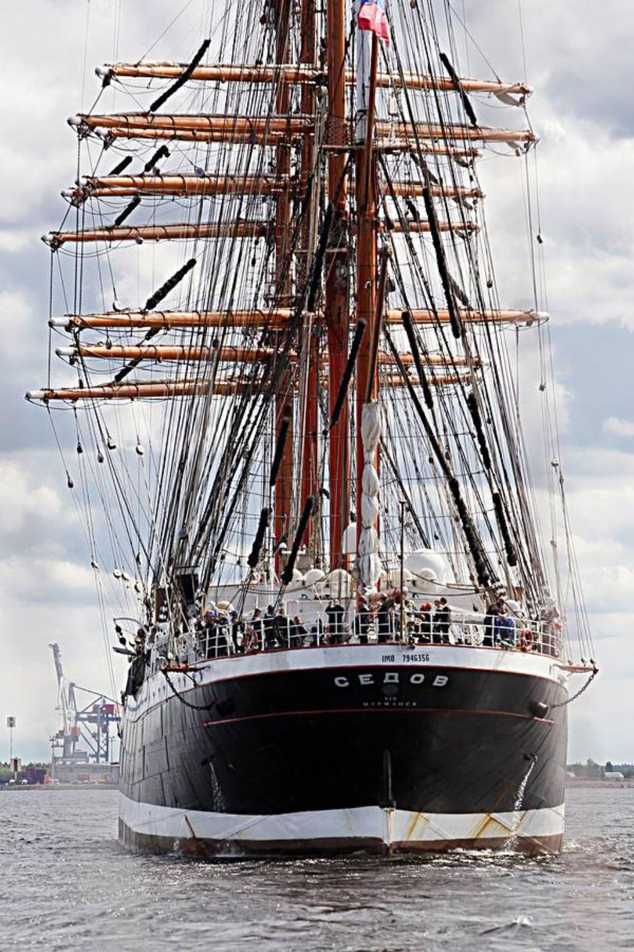 Oululaiset kävivät sankoin joukoin ihailemassa purjelaiva Sedovia.