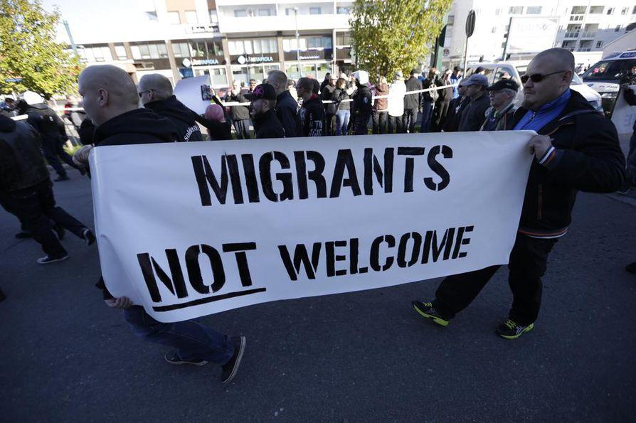 Mielenosoitusten kohtaaminen sujui rauhallisesti.