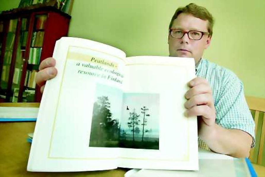 Maanläheistä. Heikki Haavikko ehtii useita kertoja vuodessa kustannushommista Pudasjärvelle seuraamaan riskialttiin turvetuotannon kehitystä.