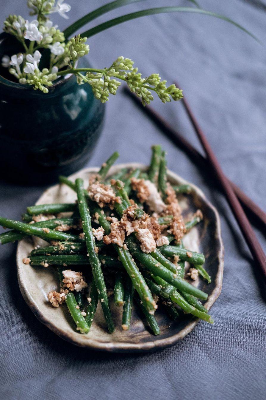 Hampaissa rouskuvat vihreät pavut maustetaan seesaminsiemeniä sisältävällä misotahnalla.