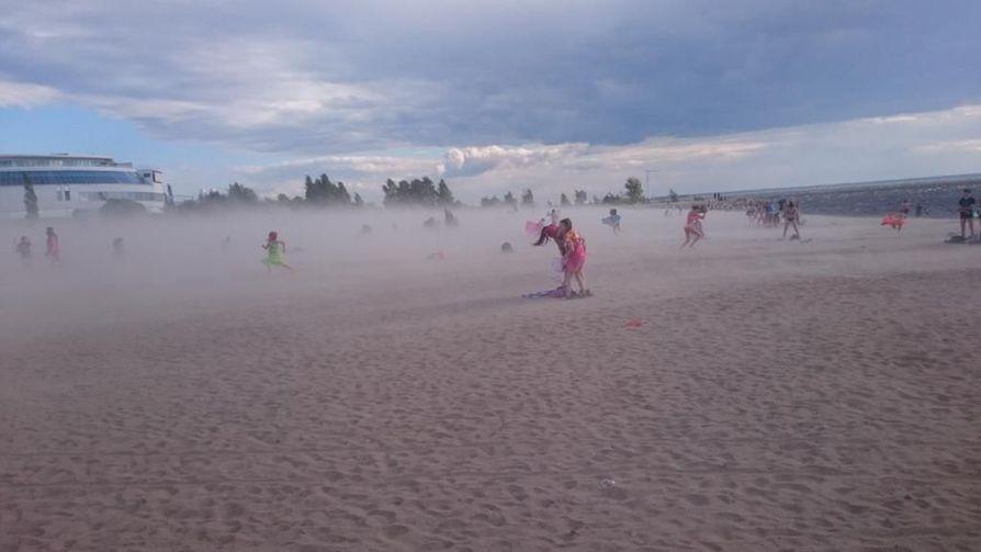 Rannalla olijat kiirehtivät hiekkamyrskyn alta pois Nallikarissa maanantaina.