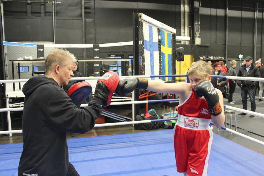 Matti Lantto (vas.) ja Niko Päiveröinen harjoittelevat jatkossa Kiimingin Nyrkkeilykerhon omalla salilla Jäälin Välikylässä.