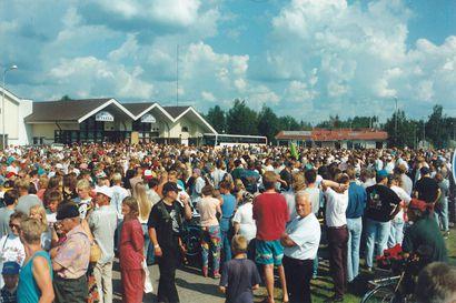 Mistä johtui kansainvaellus Pudasjärven keskustassa vuonna 1995? – Tunnistatko itsesi kuvasta?