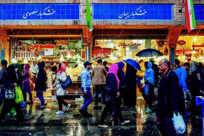 Liftausmatka Iraniin, rahtilaivalla Atlantin yli ja filosofointia Intiassa – matkakirjat vievät uusiin maisemiin ja kirjailijan ajatuksiin