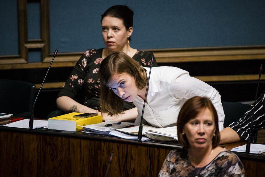 Li Anderssonin muistivihko oli hänellä mukana eduskunnan täysistunnossa lokakuussa 2018, kun suuressa salissa keskusteltiin hallituksen työllisyyspolitiikasta.