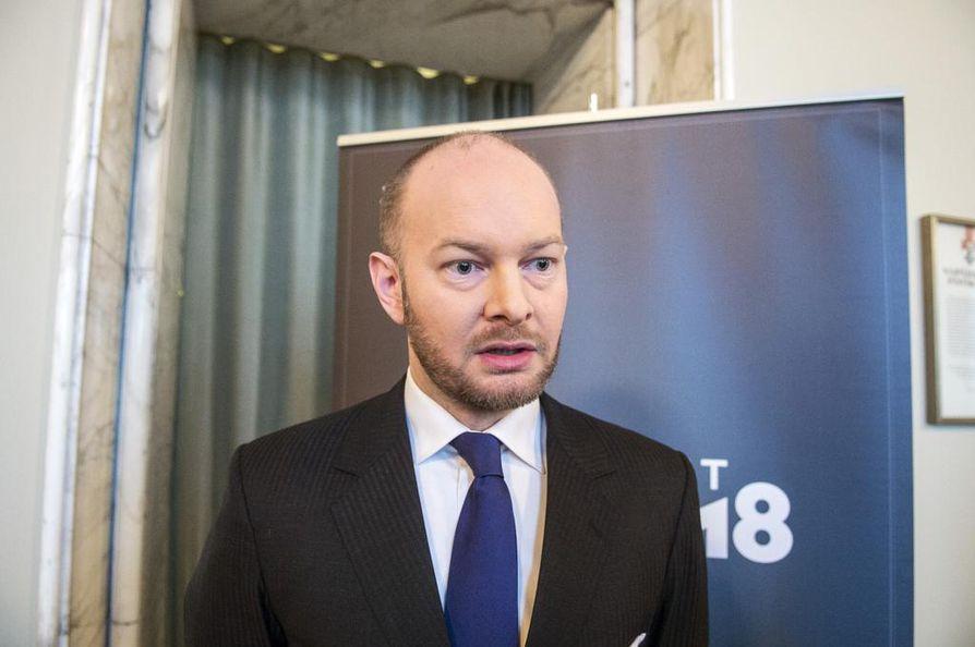 Sinisten puheenjohtaja Sampo Terho vaatii, että hallitus kokoontuu ylimääräiseen hätäkokoukseen Oulun rikostapausten johdosta.