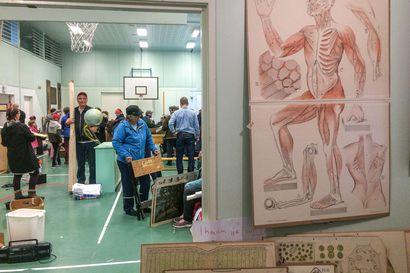 Palanen muistoja ja haikeutta kotiin viemisiksi - lakkautettujen koulujen irtaimistoa myytiin Kuusamossa
