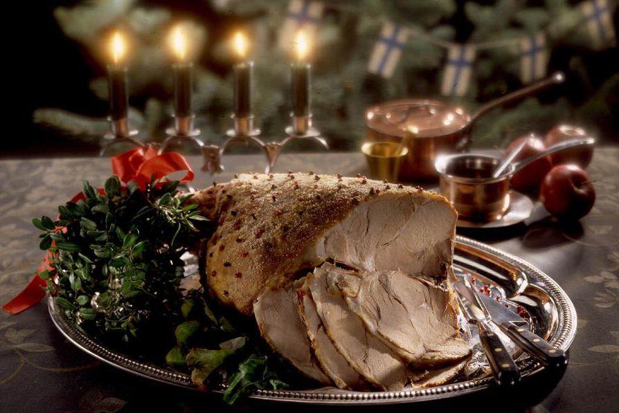 Pitopöydän joulukinkun mausteneilikat muistuttavat jo tulevasta pääsiäisestä ja Jeesuksen ristiinnaulitsemisesta. Kuva LK/arkisto