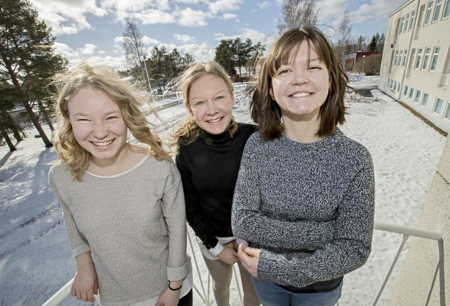 Muhoslaiset ensimmäisen vuoden opiskelijat Eedith Taskila (vas.) ja Tilda Luukkonen sekä raahelainen Tiia Kurikka valitsivat Utajärven lukion taloudellisten houkuttimien ja sisällöllisten syiden kuten kansainvälisyyden vuoksi.