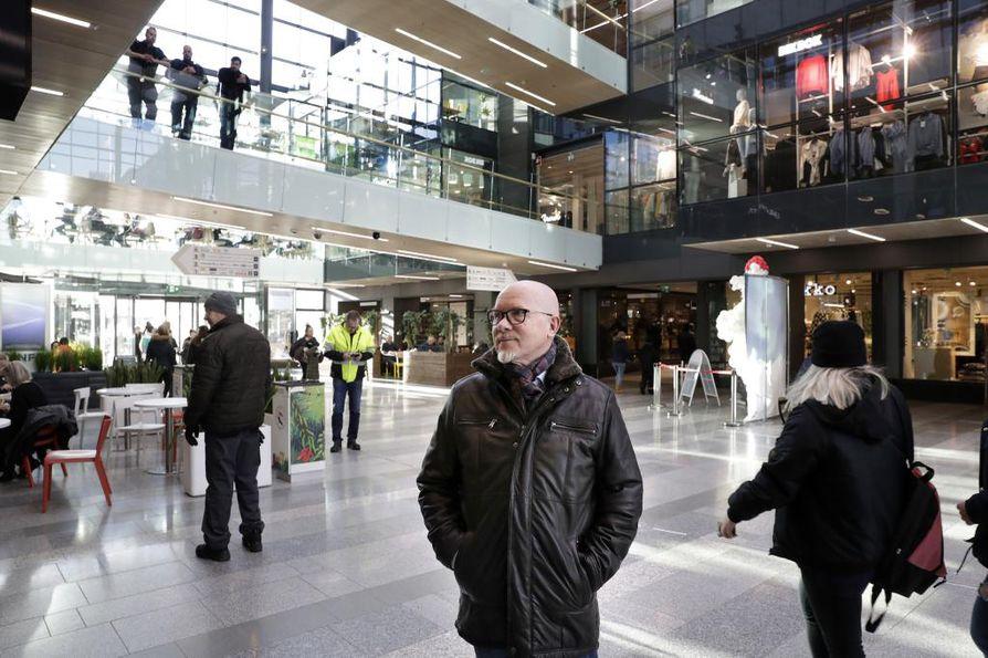 Tapio Törmänen asuu kauppakeskus Valkean ylimmässä kerroksessa.