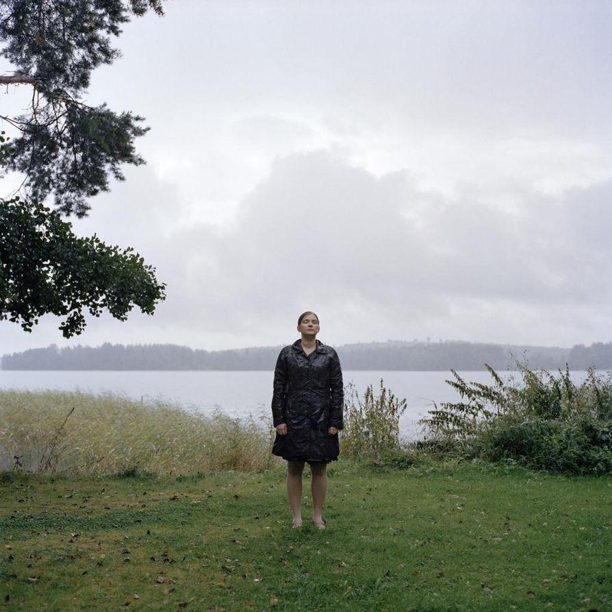 Lapsettomuushoidot eivät näy päälle päin, mutta Raisa Kyllikki Rannan vangitsemissa kuvissa tunteet tulevat näkyviksi.  Tamperelainen Noora Friman (kuvassa) hämmästyi itsekin, kuinka hyvin tunnelmat niistä välittyvät.
