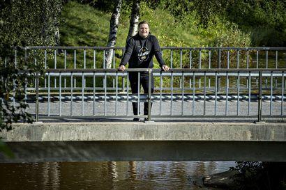 """Ulkoinen paine tai kritiikki eivät vaikuta Kärppien päävalmentajan Lauri Mikkolan itsetuntoon – """"Minulla on ymmärrys siitä, missä pestissä olen, ja millainen on vaatimustaso"""""""