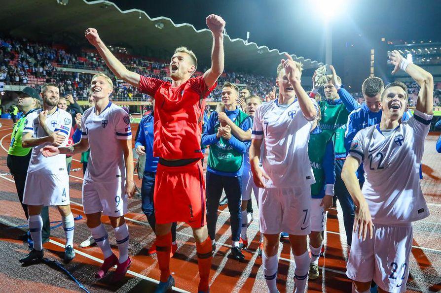 Maajoukkue tanssi kannattajien edessä ottelun jälkeen. Seremoniamestarina hääri totutusti maalivahti Lukas Hradecky.