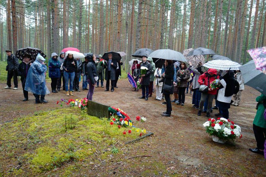 Joka kesä Sandarmohin joukkohaudoille tulee sukulaisia ja ystäviä muistelemaan Stalinin uhreja.