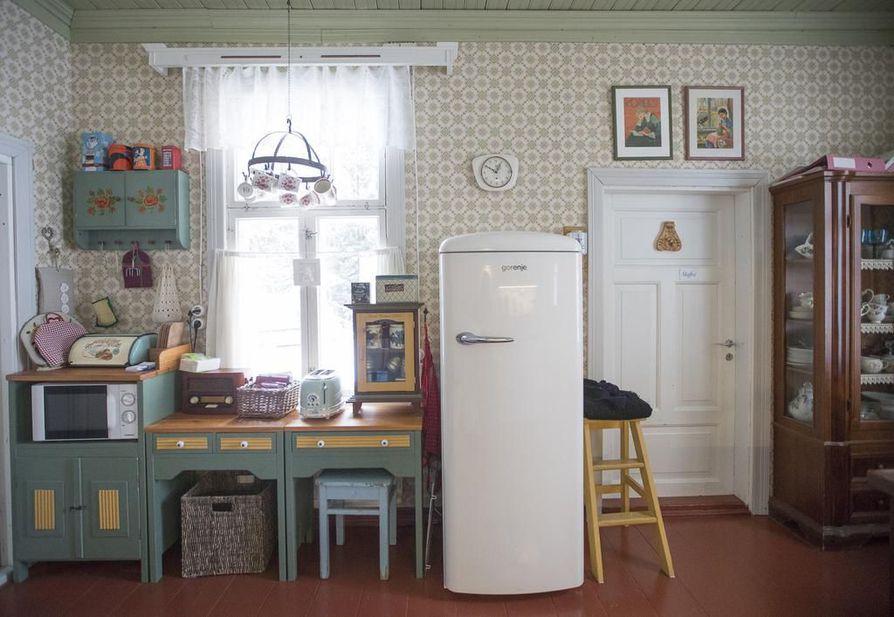Mikko on tehnyt keittiön vihreät kaapit itse. Keittiöstä löytyy sekä puu- että sähköhella.