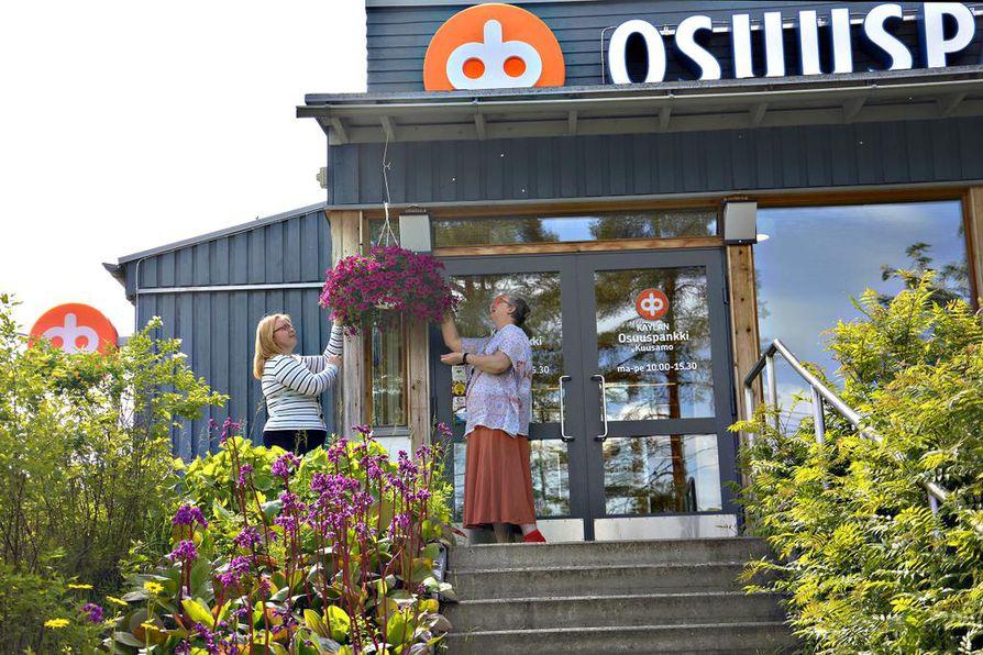 Käylän Osuuspankki on toiminut 92-vuotta. Kuva viime kesältä, jolloin pankkitoimihenkilöt Annukka Pätsi (vas.) ja Asta Nissi (oik.) kertoivat huolehtivansa asiakkaiden lisäksi myös pankin ulkoisesta ilmeestä.