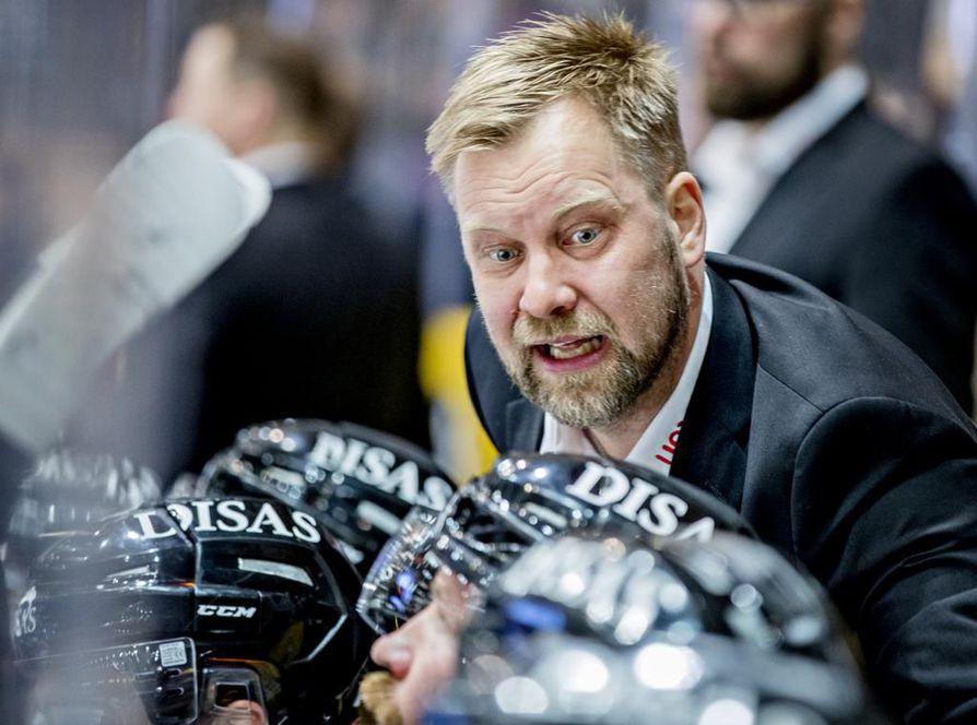 –NHL-varaus on tuonut Kuparille lisää uskoa sekä nöyryyttä. Eniten hän on kehittynyt juuri suhtautumisessaan asioihin, Kärppien päävalmentaja Mikko Manner sanoo.