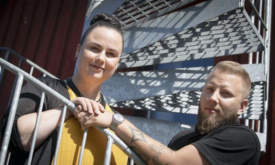 Lapsen syntymä muutti työnjakoa Paula ja Toni Jaakolan yrityksessä. Paula keskittyy nyt paperitöihin, Toni ajaa taksia.
