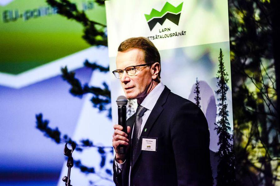 Metsähallituksen entisen pääjohtajan Pentti Hyttisen eroon liittyy aineksia, jotka kaipaavat selvitystä. Keskeinen kysymys on, oliko johtajasopimus ja erotilanne sellainen, että se oikeutti avokätiseen erokorvaukseen vai ylittikö Metsähallitus harkintavaltansa. Jälkipyykki jatkuu, sillä maa- ja metsätalousministeri Jari Leppä odottaa selvitystä. Kanteluja on tullut myös oikeuskanslerin virastoon.