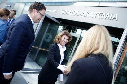 Suomessa vieraileva Itävallan liittokansleri on lasikattojen rikkoja