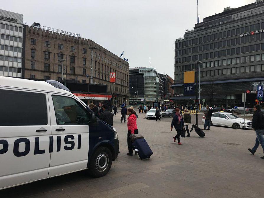 Poliisi on tehostanut Helsingin keskustassa valvontaansa Tukholmassa tapahtuneen epäillyn terrorismi-iskun vuoksi.