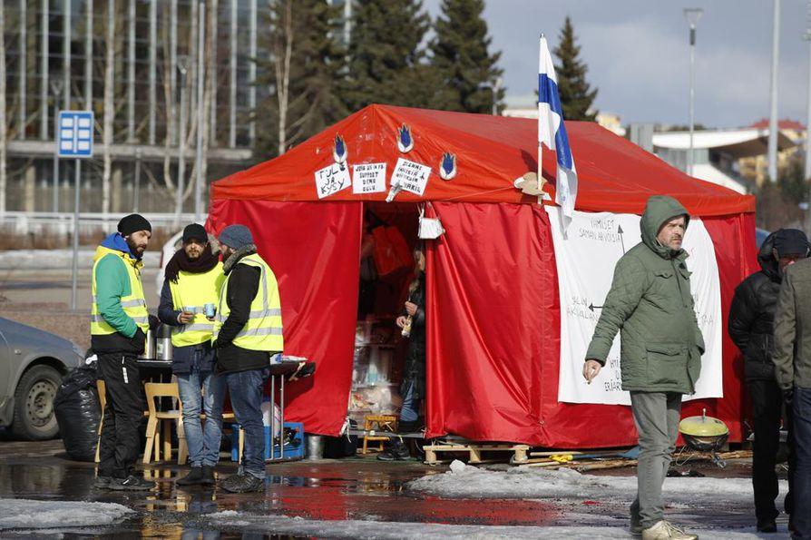 Turvapaikanhakijoiden mielenosoitusteltalle on osoitettu paikka torilta, jonne se siirrettiin viime viikon perjantaina.