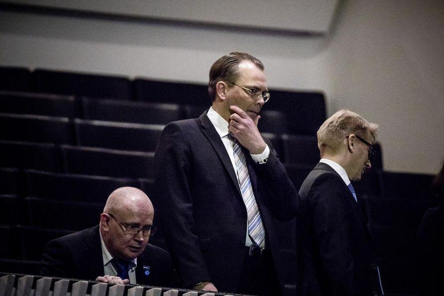 Puolustusministeri Jussi Niinistö (keskellä) oli tänään eduskunnan puolustusvaliokunnan kuultavana. Arkistokuva.