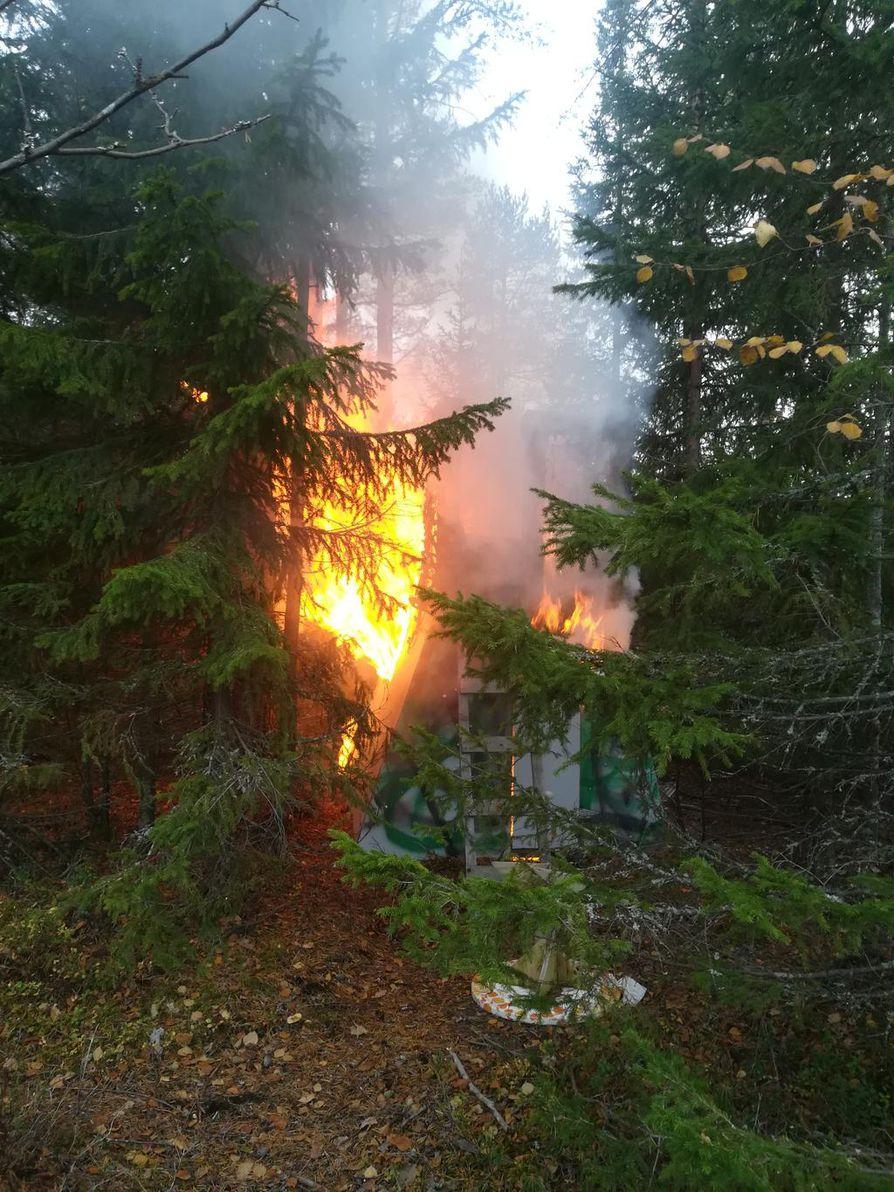 Haukiputaan Merituulessa ollut lasten metsämaja paloi poroksi.