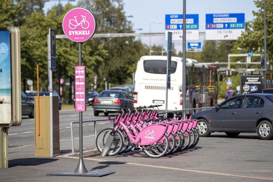 Kaleva uutisoi viime viikolla, että paljon puhutut kaupunkipyörä Sykkelit ilmestyivät telineisiin. Maanantaista lähtien niitä on voinut ottaa käyttöön ja lähteä polkemaan.