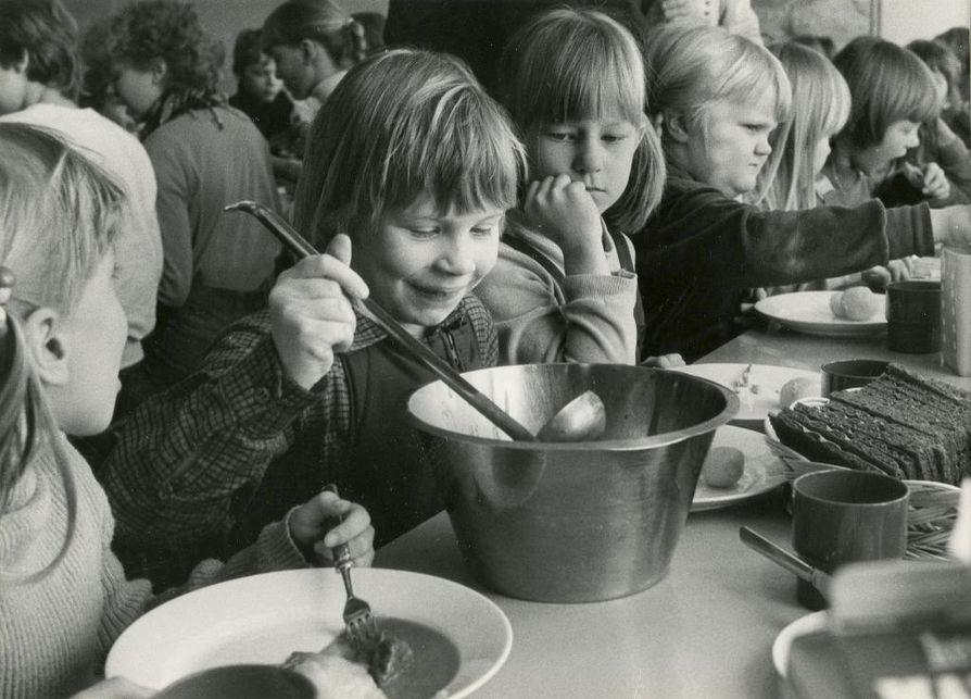 Laki maksuttomasta kouluruoasta säädettiin Suomessa ensimmäisenä maailmassa. Kaukovainion ala-asteen ruokalistalla maaliskuussa 1982 oli stroganoffia, perunoita, sienisalaattia, näkkileipää ja maitoa.