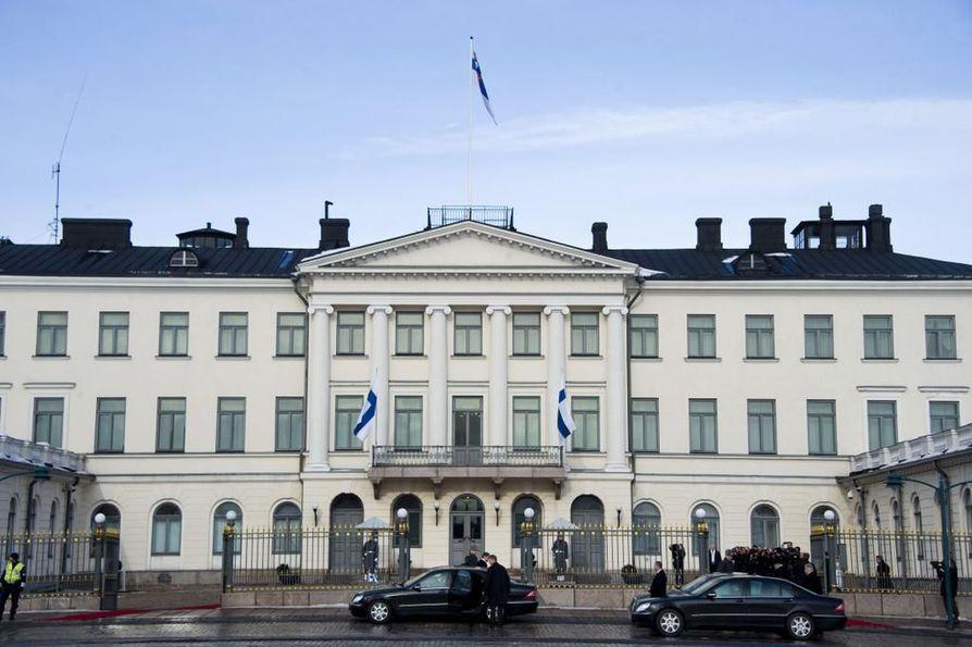 Suomen tasavallan presidentin toimikausi kestää kuusi vuotta. Sunnuntaikäräjät pohtii, onko presidentin toimikausi Suomessa sopivan mittainen.