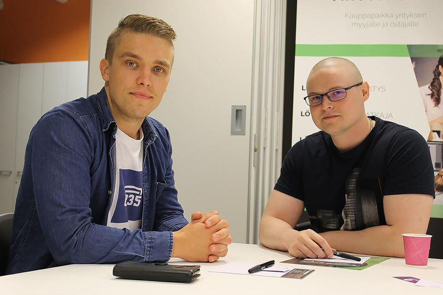 Mika Väisänen ja Otso Väisänen ovat oppineet käyttämään tapahtumia tehokkaasti verkostoitumiseen. Bisnestietoja vaihdetaan ja tapaamisia sovitaan aktiivisesti.