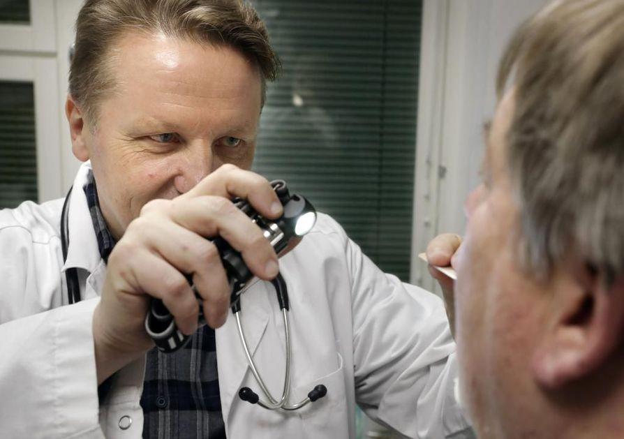 Keuhkosairauksien erikoislääkärin Esko Kurttilan mielestä pitkittynyt yskä on syy lähteä lääkärin pakeille.