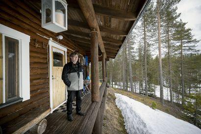 """Kelosyötteen mökkiyrittäjä on toiveikas hiljaisten kuukausien jälkeen: Mökkilomat alkavat taas kiinnostaa suomalaisia – """"Epätoivo ehti hyökätä"""""""