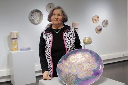 Terttu Rossin posliinit ovat lähteneet turistien mukaan vuosikymmeniä – kemiläinen taiteilija keräsi läpileikkauksen yli 60 vuotta jatkuneesta tuotannostaan.