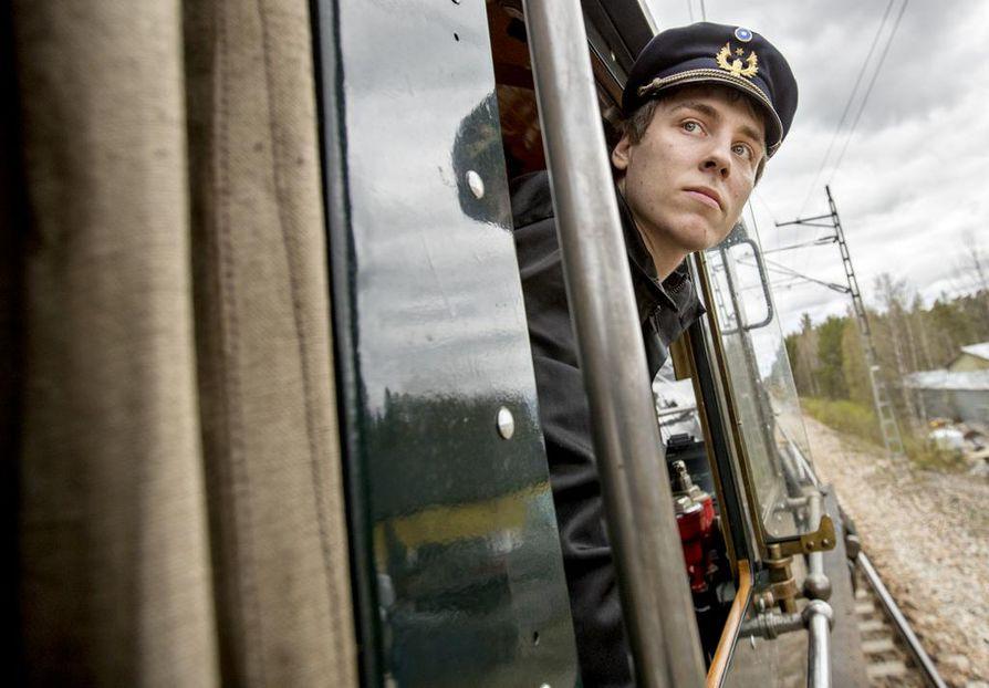 """""""Oppipoikana"""" museoveturia kuljettava Nikolas Lintulaakso ajaa päivätyönään tavallisia junia."""