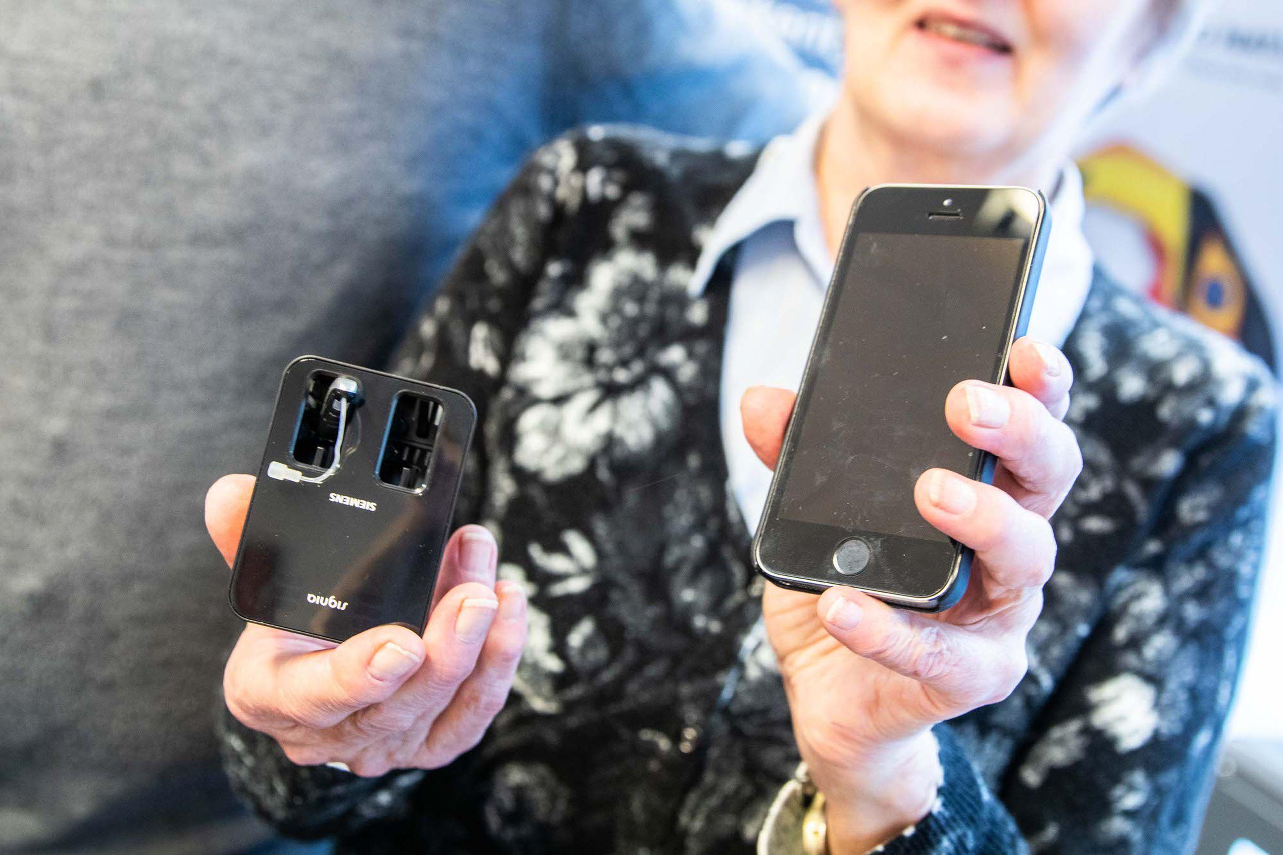 Anja Myllymäen kuulokoje on ladattava, joka on helppo ja kätevä. Kuulokoje ladataan joka yö latauslaitteessa, joten paristojen vaihtamisesta ja ostamisesta ei tarvitse huolehtia.