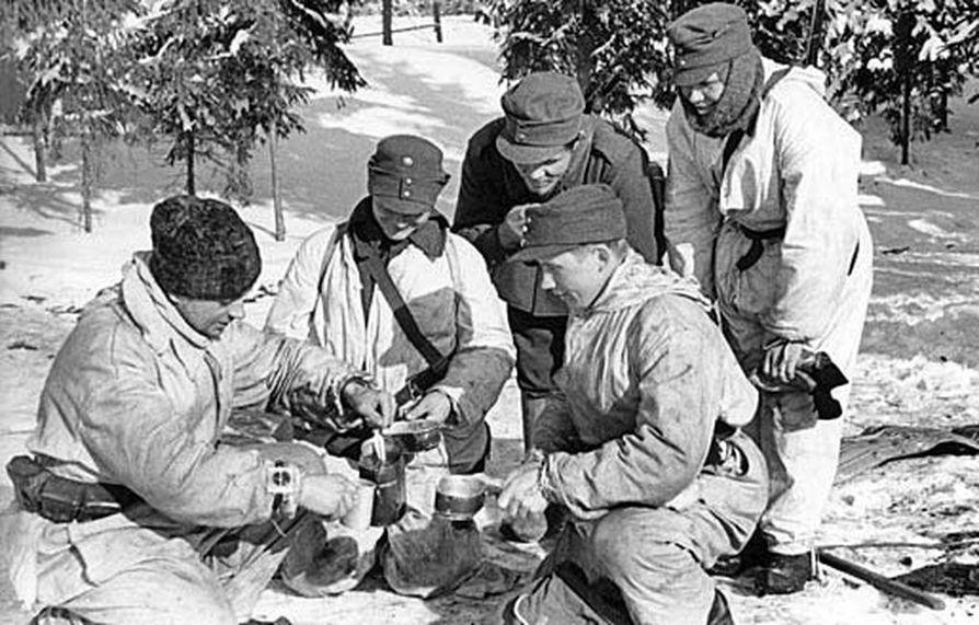 Ankarissa oloissa oli tärkeä, että huolto pelasi. Kuvan suomalaiset sotilaat tauolla siellä jossakin.