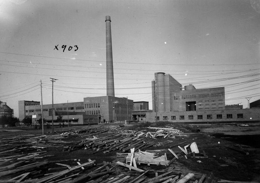 Piippu seisoi paikallaan jo Oulu Oy:n tehtaiden rakennusvaiheessa.