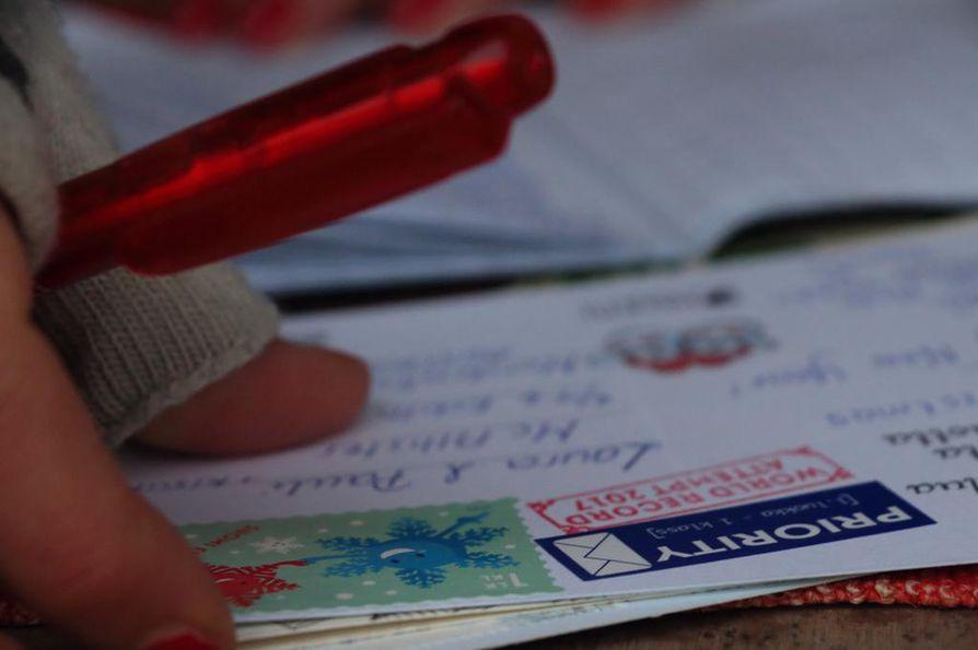 Korttien ja kirjeiden postimaksu nousee.