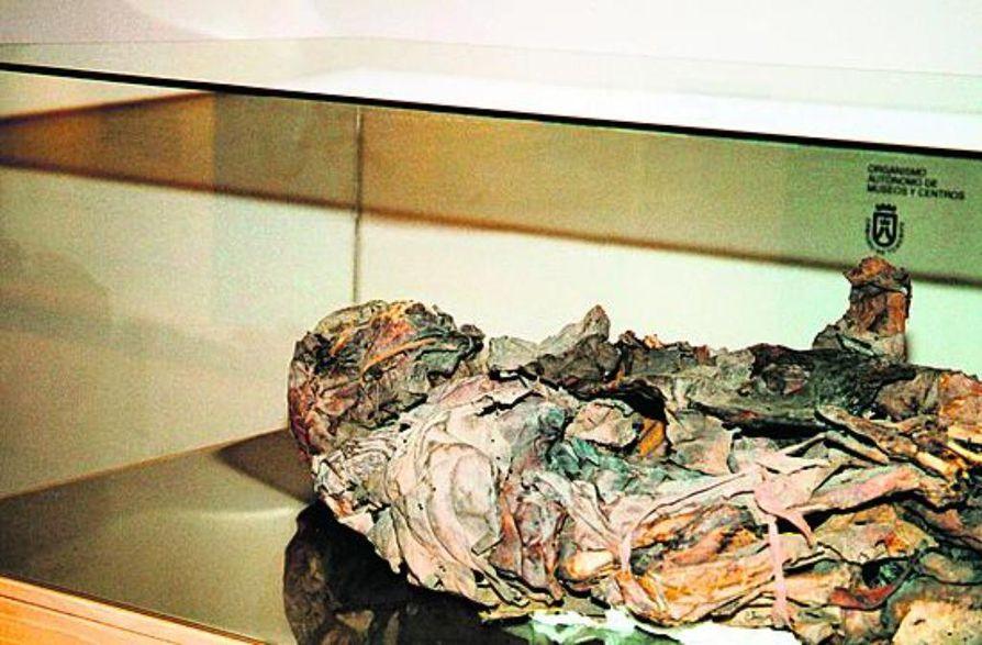 Rouva muumio. Muumiointi on osaltaan auttanut saamaan lisätietoa guanchien elämästä. Kuvan naispuolisella guanchilla oli ikää kuollessaan 20-24 vuotta.