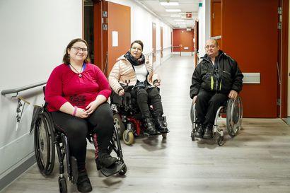 """""""Ei palautetta jaksa jatkuvasti lähettää, jos se ei johda mihinkään"""" – Rovaniemen  matkapalvelukeskuksen toimintaan luvattiin parannusta, mutta invalidit kertovat odottavansa kyytejä edelleen"""